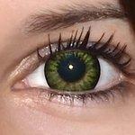 Be party green v detailu na původní barvě očí hnědo-zelené