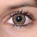 Elegance brown v detailu na původní barvě očí hnědo-zelené