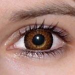 Eyelush brown v detailu na původní barvě očí hnědo-zelené