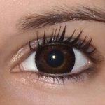 Eyelush choco v detailu na původní barvě očí hnědo-zelené