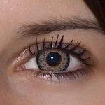 Glamour grey v detailu na původní barvě očí hnědo-zelené