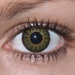 Glamour green v detailu na původní barvě očí hnědé