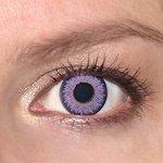 Glamour Violet v detailu na původní barvě očí modré