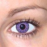 Glamour Violet v detailu na původní barvě očí hnědé